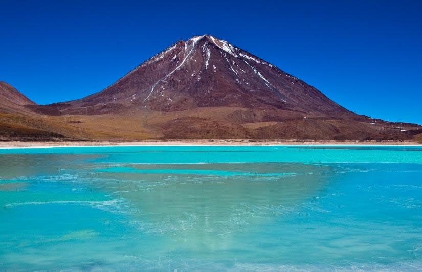 Seguindo adiante há o majestoso Licancabur, um vulcão com mais 5km de altitude.