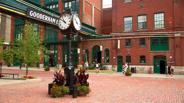O bairro que se localiza a Distillery District abrigava a destilaria Gooderham and Worts, a maior destilaria do mundo durante seu funcionamento