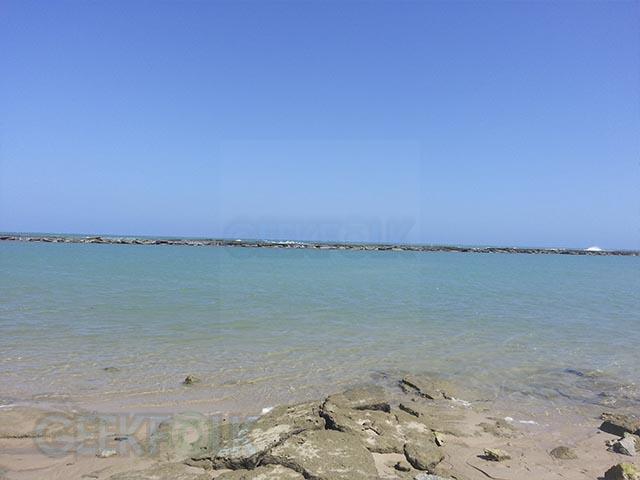 Os recifes separam o mar da praia, o que a torna muito tranquila para banhar-se.