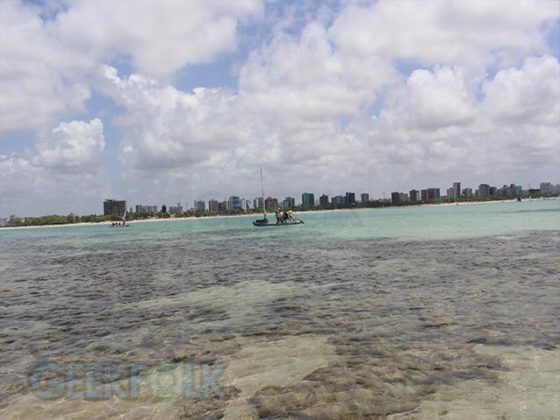 Esta é a vista da cidade de Maceió das piscinas naturais. Um pouco longe como pode perceber