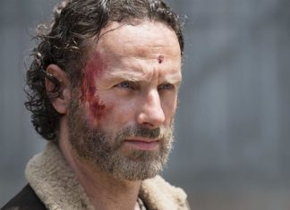 Agora é oficial, Andrew Lincoln deixará o elenco da série The Walking Dead da AMC na 9ª Temporada. Há rumores de que a saída planejada na 9ª temporada do ator já dura algum tempo. Andrew Lincoln finalmente confirmou isso em termos inequívocos. Relatos de que ele estava planejando pendurar seu chapéu de xerife prenderam a atenção dos fãs de The Walking Dead.